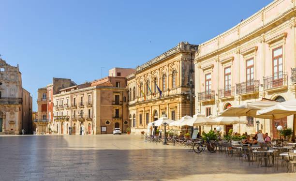 piazza duomo und kathedrale in syrakus, sizilien, italien - ortygia stock-fotos und bilder