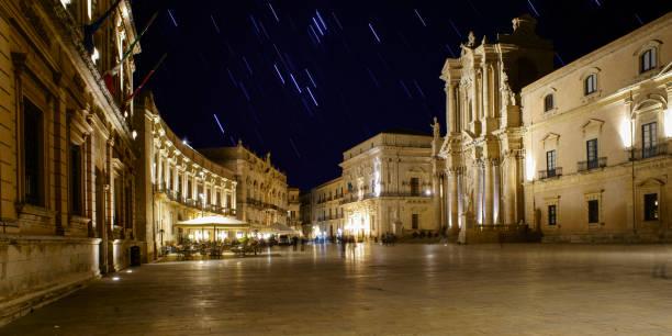 piazza duomo syrakus - havadi-nagy stock-fotos und bilder