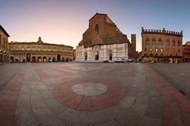 piazza maggiore and san petronio basilica in the morning, bologna, emilia-romanga, italy - bolonia zdjęcia i obrazy z banku zdjęć
