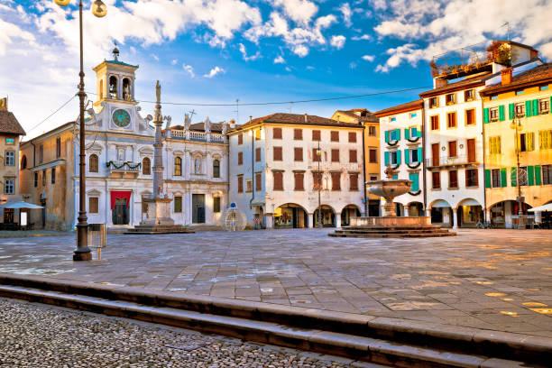 piazza san giacomo in udine sehenswürdigkeiten ansehen, stadt in der italienischen region friaul-julisch venetien - friaul julisch venetien stock-fotos und bilder
