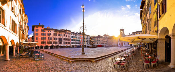 piazza san giacomo in udine sonnenuntergang panorama-aussicht, stadt in der italienischen region friaul-julisch venetien - friaul julisch venetien stock-fotos und bilder