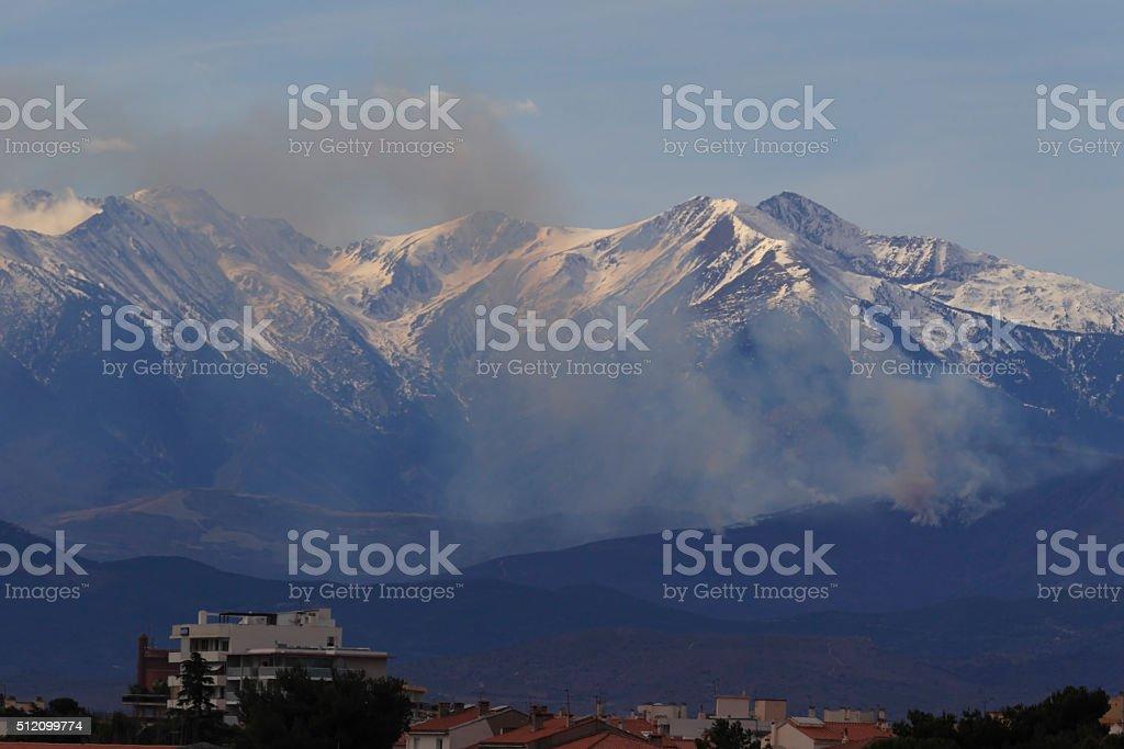Pic du Canigou et incendie stock photo