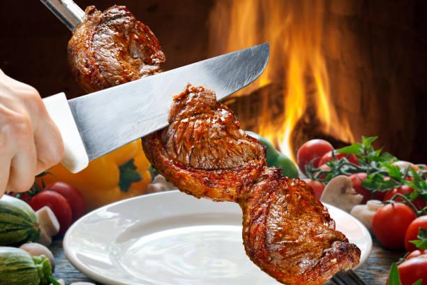 picanha, traditionele braziliaanse barbecue. - vleesdelen stockfoto's en -beelden