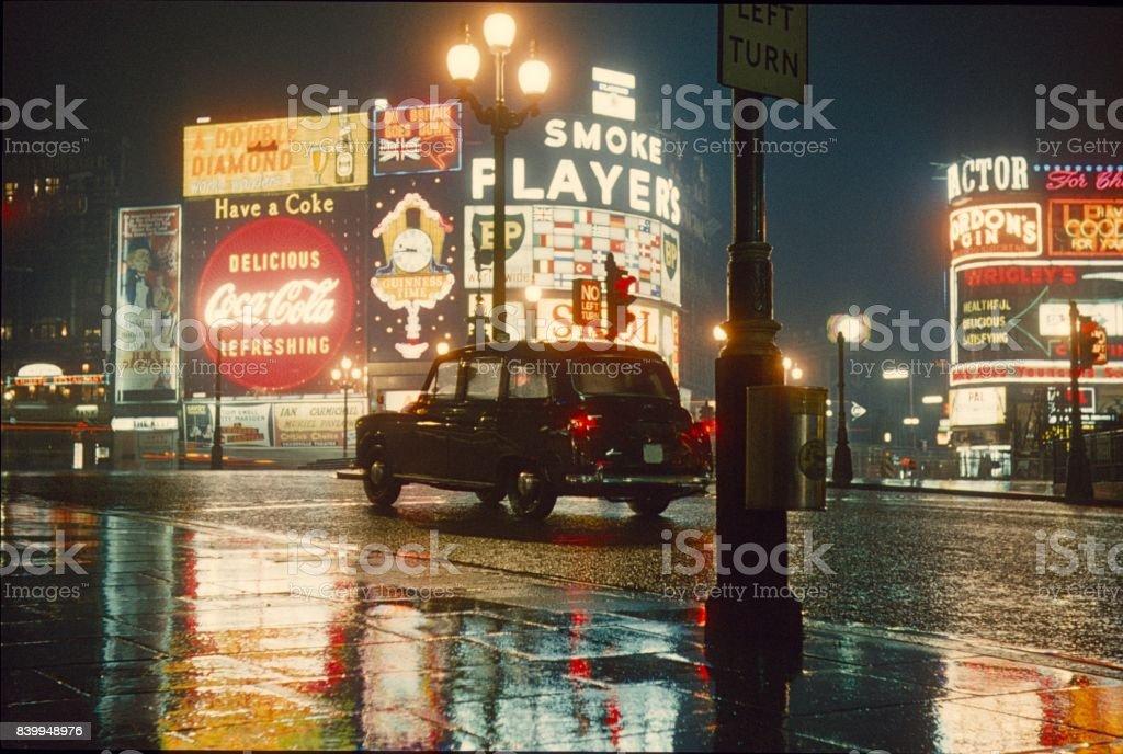 Piccadilly Circus en la noche - foto de stock