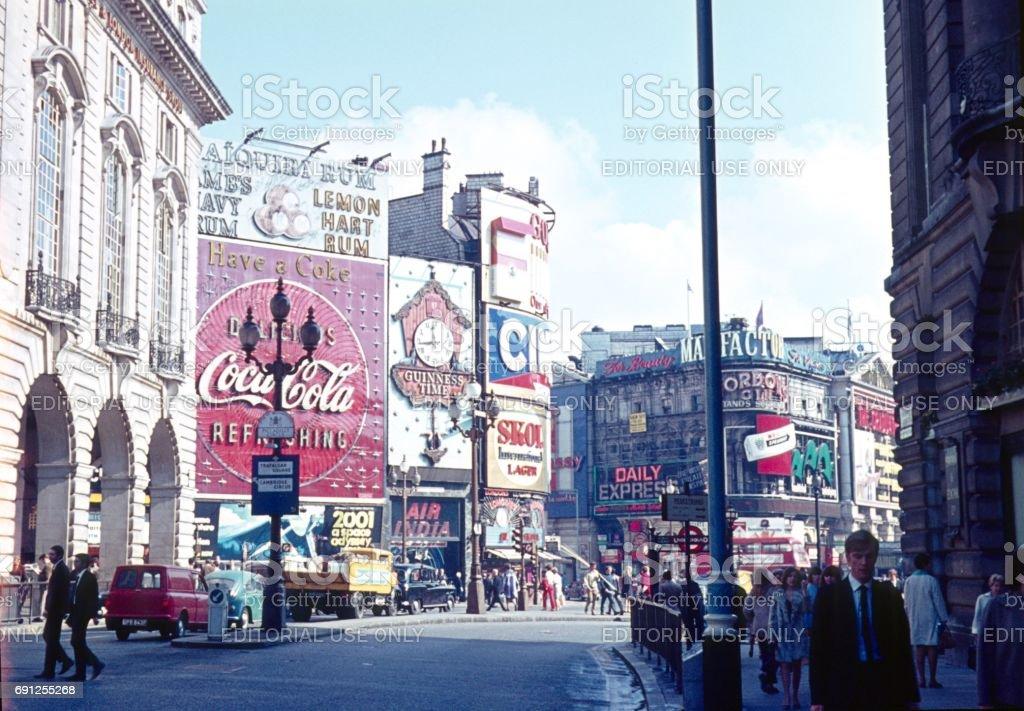 Piccadilly Circus IX., Londres, 1971 - foto de stock