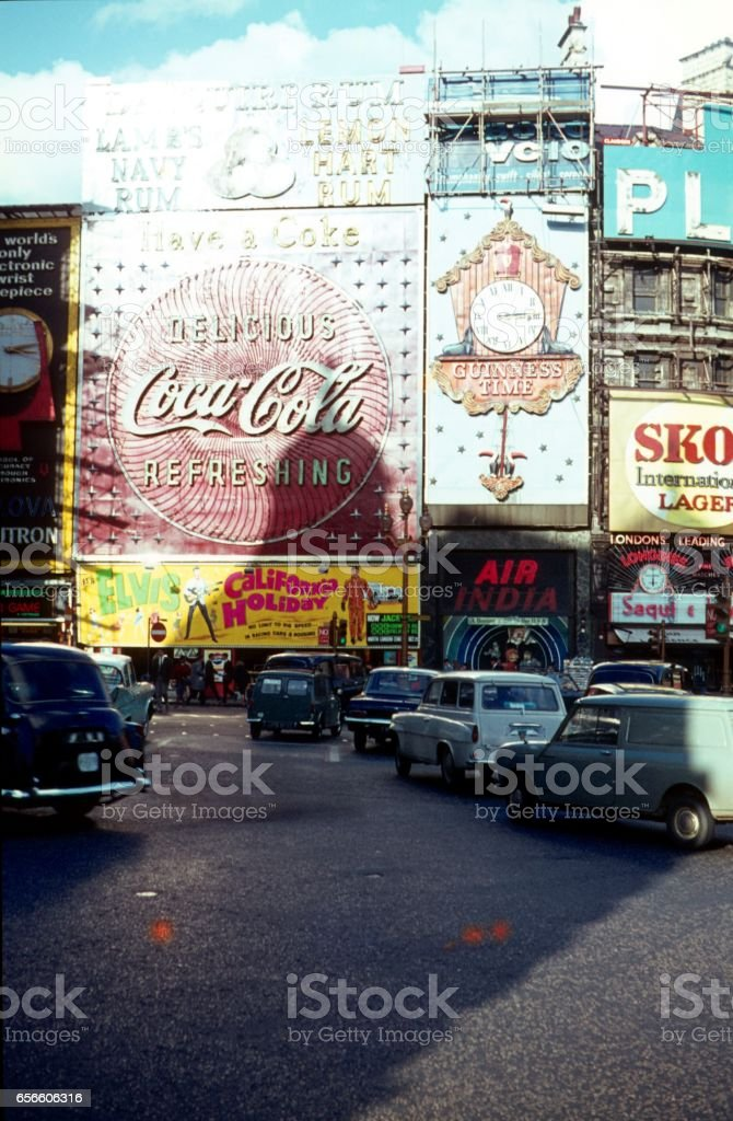 Piccadilly Circus VIII., Londres, 1967 - foto de stock