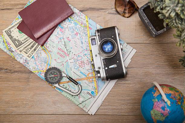 wählen sie einen ort - kompass wanderkarte stock-fotos und bilder