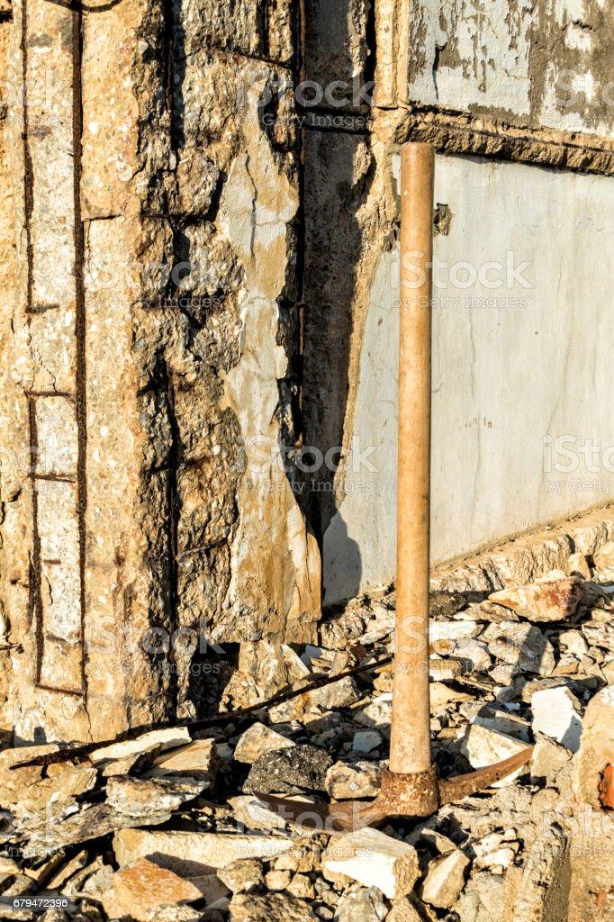 在廢棄的倉庫,在廢墟上拿斧頭 免版稅 stock photo