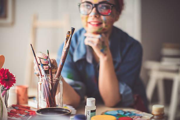 pick up paintbrush - clase de arte fotografías e imágenes de stock