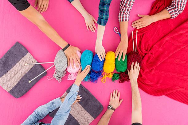 picking the colors - lavorare a maglia foto e immagini stock