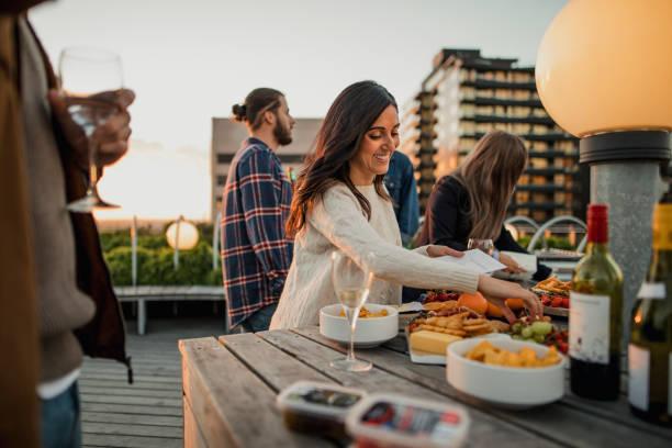 picking up party essen - dachgarten stock-fotos und bilder