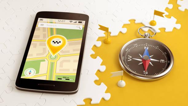taxi abholen für eine fahrt via handy - kompass wanderkarte stock-fotos und bilder