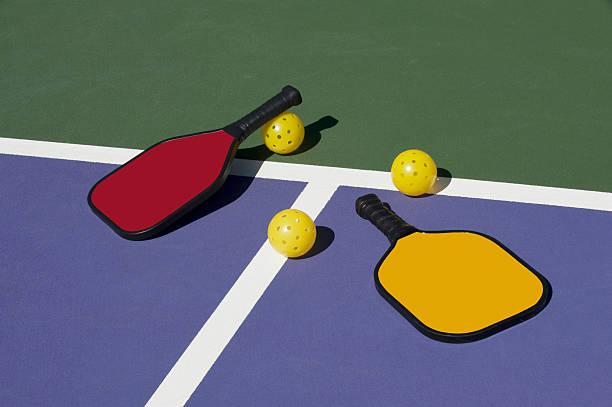 pickleball-kolorowe łyżek, piłki i sąd - rakietka do tenisa stołowego zdjęcia i obrazy z banku zdjęć
