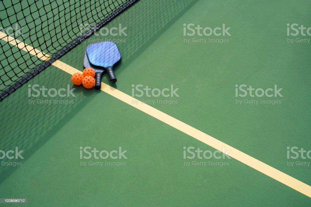 Pickleball Paddel und Ball im Schatten des net – Foto