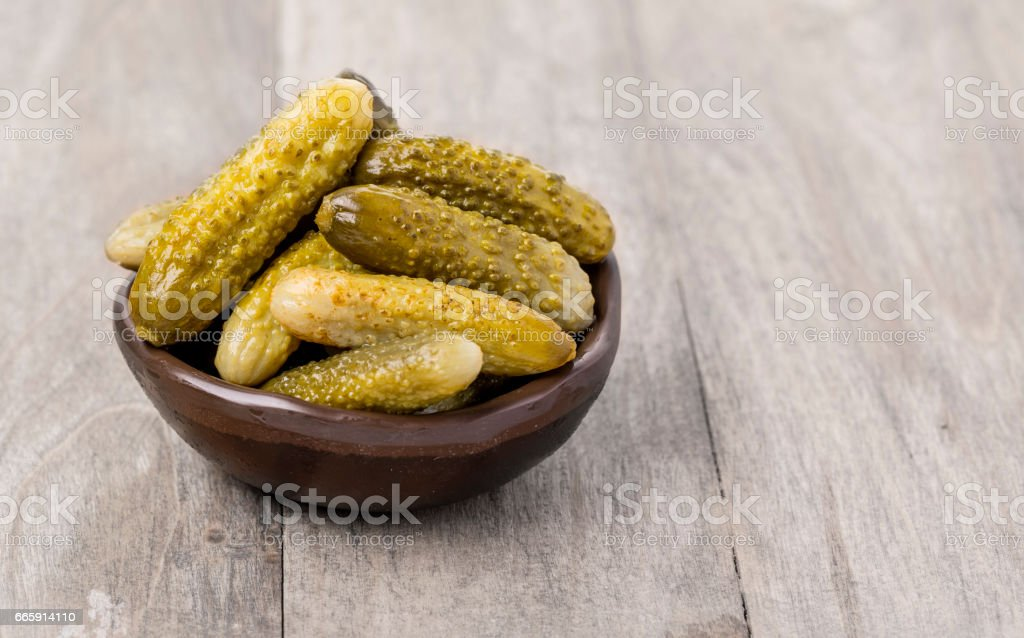 Pickled cucumbers in bowl foto stock royalty-free