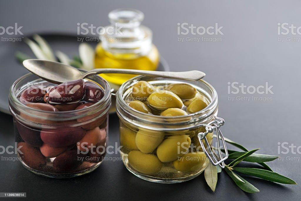 Negras en aceite aceitunas conserva con