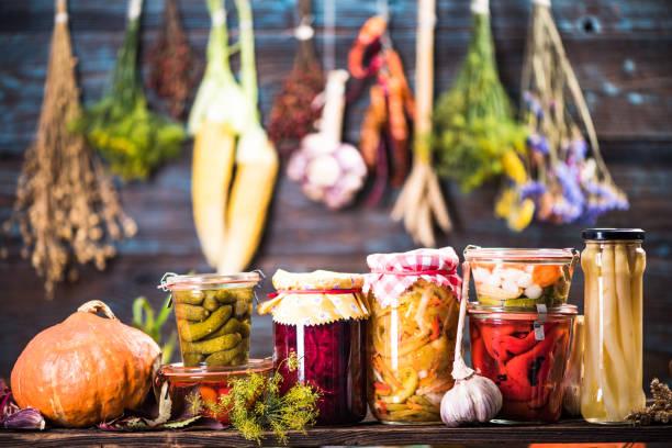 vegetales encurtidos marinados fermentados en los estantes - comida casera fotografías e imágenes de stock