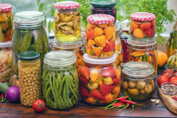 Eingelegtes Bio-Gemüse in Gläsern – Foto