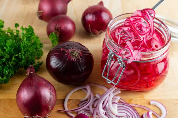 Picklad rödlök bildbanksfoto