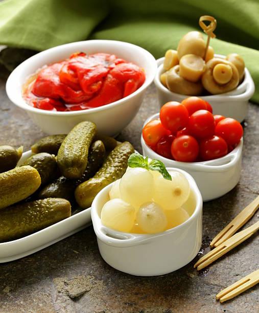 eingelegt snacks (tapas) - perlzwiebeln stock-fotos und bilder