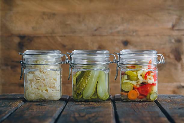 légumes marinés - choucroute photos et images de collection