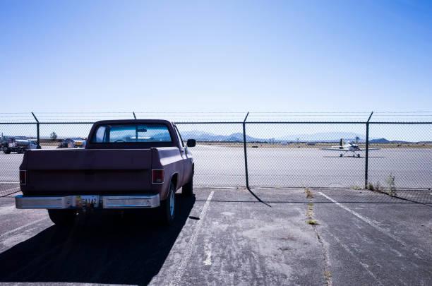 pick-up stoppen bij de parkeerplaats voor de luchthaven. - airport pickup stockfoto's en -beelden