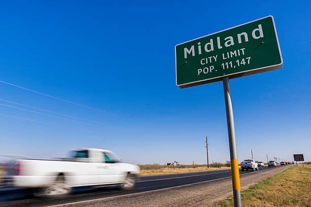 pickup trucks fahren auf Straße in Midland, Texas. – Foto