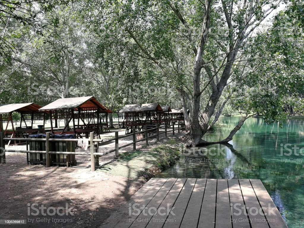 Picnic area on the creek - foto stock