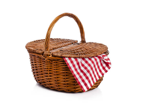Picknickkorb auf weißem Hintergrund isoliert – Foto