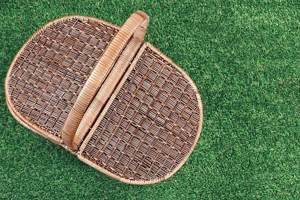 picnic basket on the summer lawn, top view - sprüche über reisen stock-fotos und bilder
