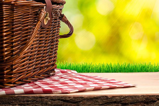 Picknick-Korb auf dem Tisch – Foto