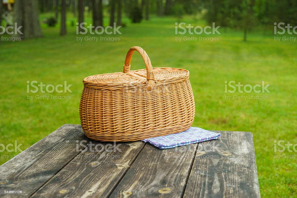 Picnic basket with blue white tablecloth on table – Foto