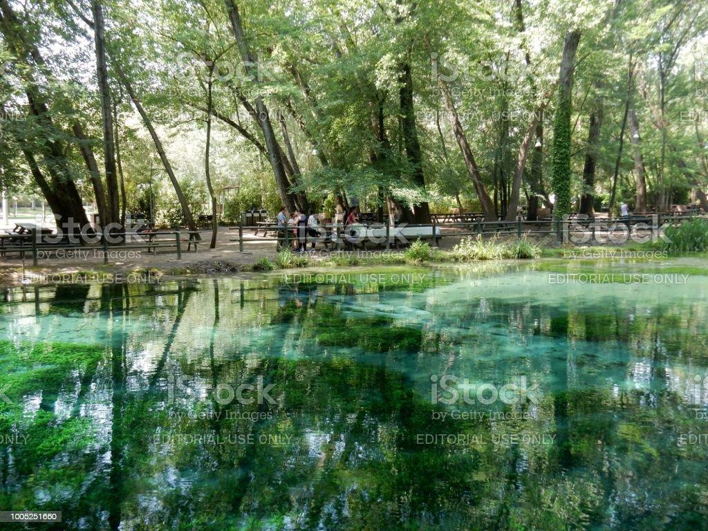 Picnic in riva al torrente - foto stock