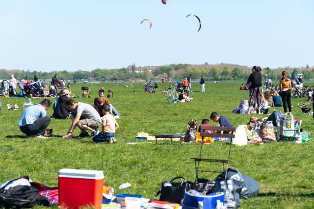 picnic en templehof field, berlín, alemania - lunes de pascua fotografías e imágenes de stock