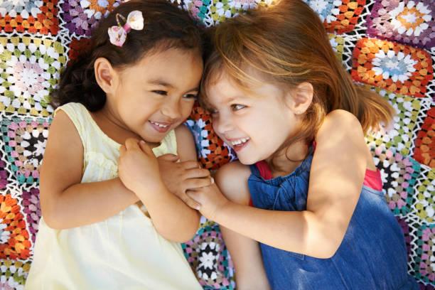 picknick zum spielen - kinder picknick spiele stock-fotos und bilder