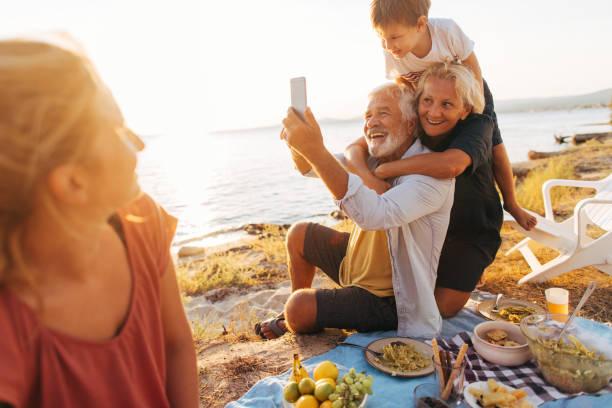 picknick-selfie - griechische partyspeisen stock-fotos und bilder
