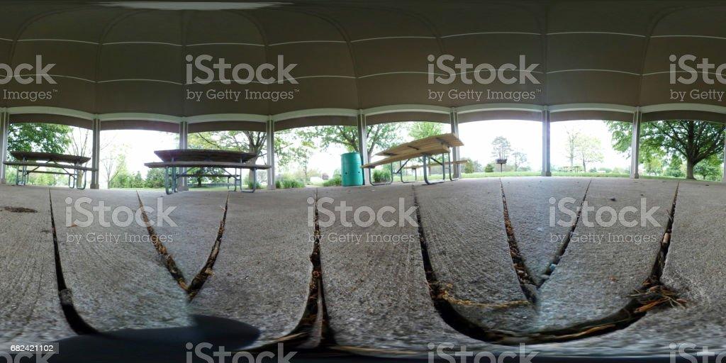 Abri de pique-nique à un public parc avec tables et refuser contenant ce fichier a été pris avec un appareil photo Samsung 360.  Placé dans le logiciel correct, il tournera la vue 360 degrés. photo libre de droits