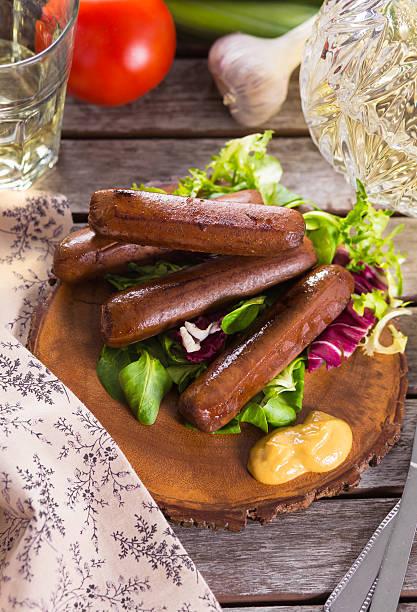 Pique-nique avec des saucisses grillées - Photo