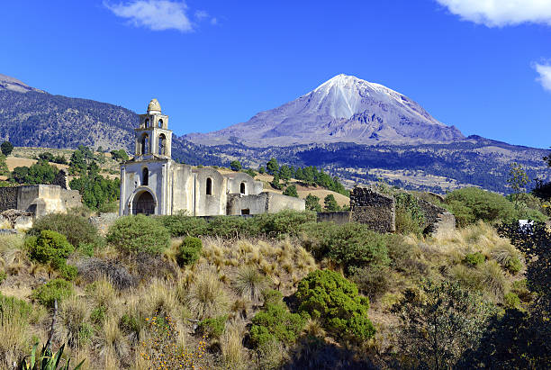 Pico de Orizaba volcano, the highest mountain in Mexico Pico de Orizaba volcano, or Citlaltepetl, is the highest mountain in Mexico, maintains glaciers and is a popular peak to climb along with Iztaccihuatl and other volcanoes in the country orizaba stock pictures, royalty-free photos & images