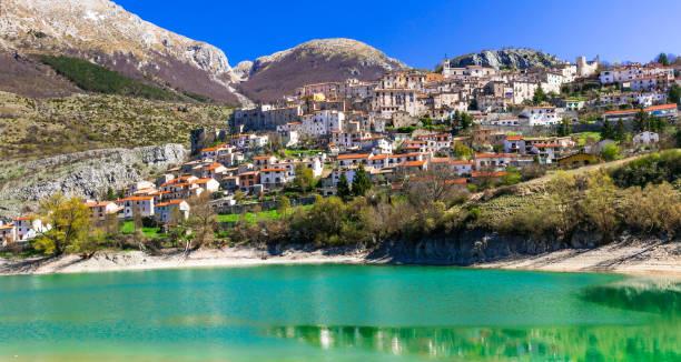 Lago Esmeralda pictórica - Lago di Barrea y pueblo medieval en Abruzzo, Italia - foto de stock