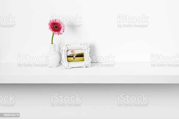 Picture frame and daisy flower on shelf picture id169945079?b=1&k=6&m=169945079&s=612x612&h=yjsimlj2ykrvdp5zawruzwexi 9f taubzqqlhrayag=