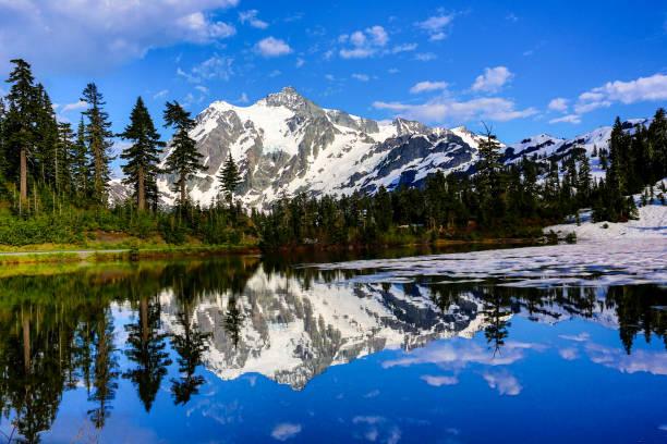 Imagem lago, floresta nacional de Mt. Baker-Snoqualmie - foto de acervo