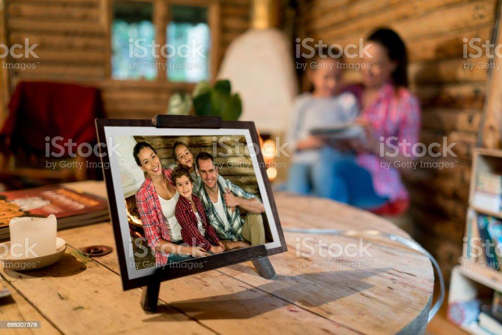 Bild einer schönen glücklichen Familie auf einem Rahmen zu Hause – Foto