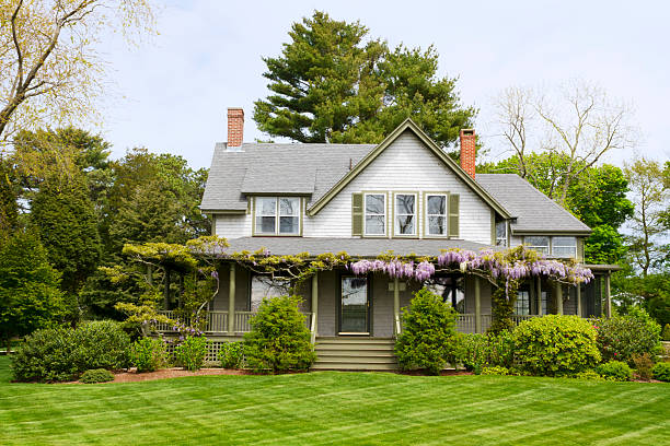 a picture of a big home with a green yard - new england verenigde staten stockfoto's en -beelden