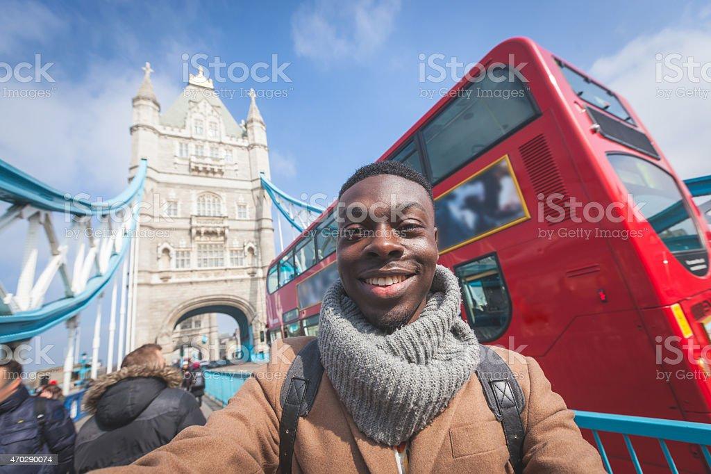 Homme prenant selfie à Londres et Tower Bridge sur le fond - Photo