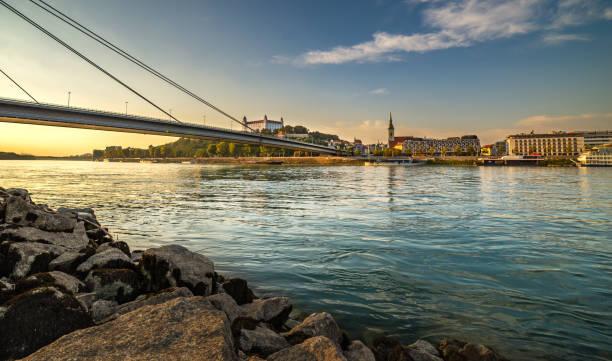 bild von bratislava hauptstadt der slowakei während des sonnenuntergangs vom petrzalka ufer. - bratislava hotel stock-fotos und bilder