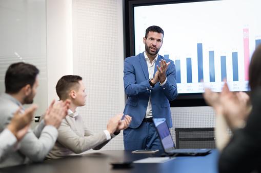 회의실에서 비즈니스 미팅의 그림 Employee에 대한 스톡 사진 및 기타 이미지
