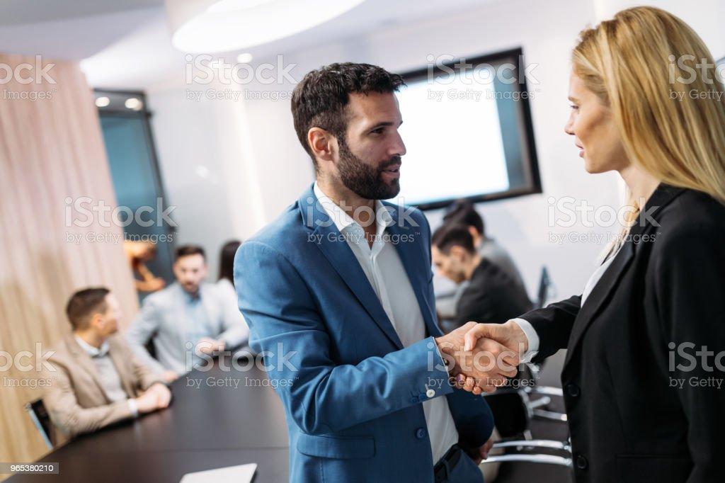 Photo de discuter sur la rencontre des gens d'affaires - Photo de Accord - Concepts libre de droits