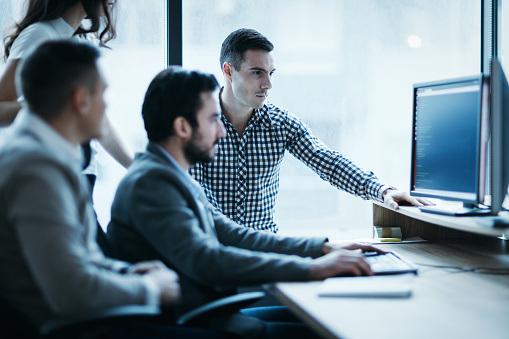 사무실에서 함께 일 하는 사업 사람들의 그림 Employee에 대한 스톡 사진 및 기타 이미지