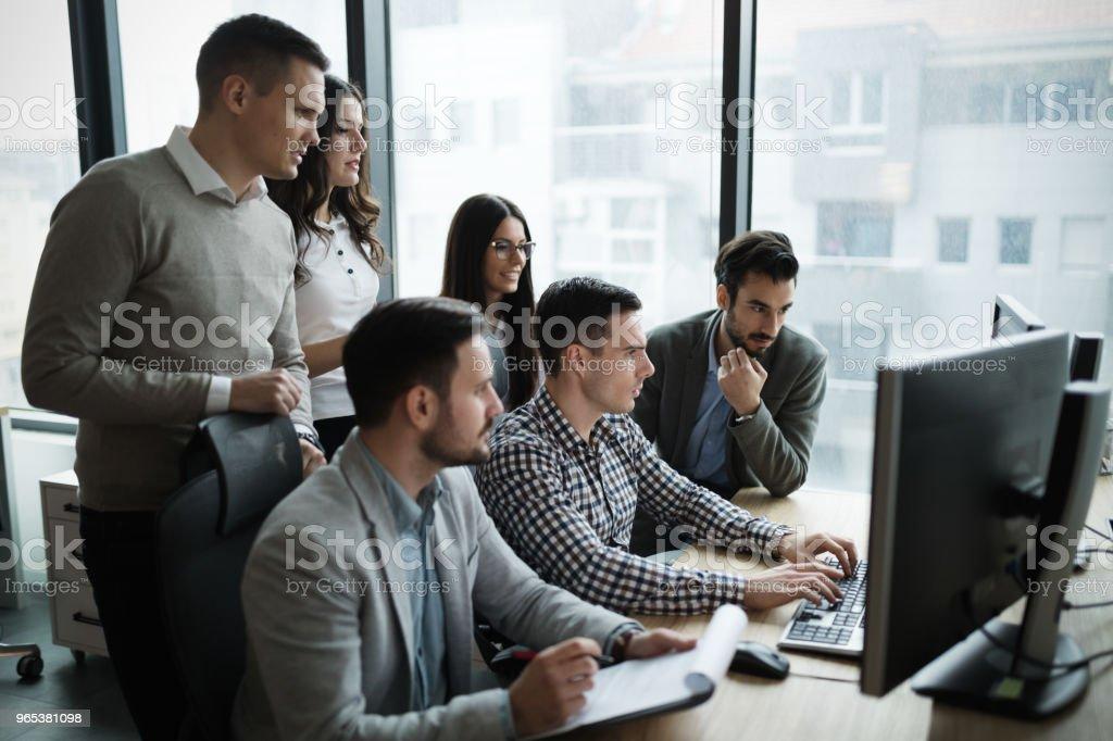商務人員在辦公室工作的圖片 - 免版稅一起圖庫照片